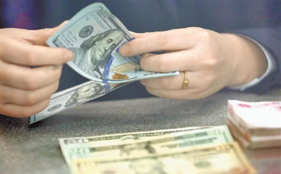 美元指數昨日盤中升至3周高點。(新華社資料照片)