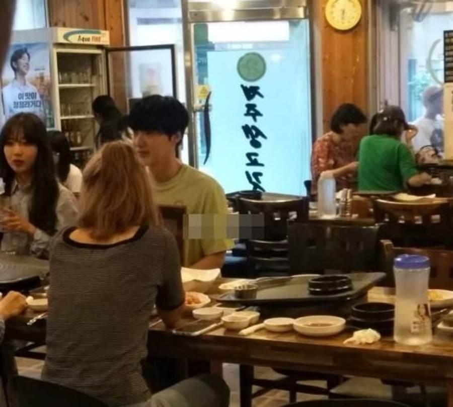 安宰賢被拍上月生日和3女聚餐。(圖/取自《on.cc東網》)