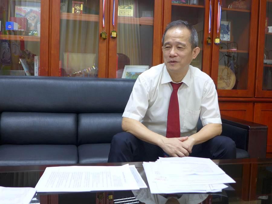 僑光科大校長楊敏華遭周刊指控動用私權、讓兒子快速取得學歷與講師資格,他攤開資料,強調要捍衛自身清白。(林欣儀攝)