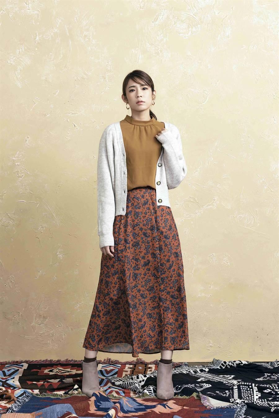 換季必備的針織開襟外套搭配復古印花長裙與秋色系上衣,完美演繹優雅女人味造型。(GU提供)