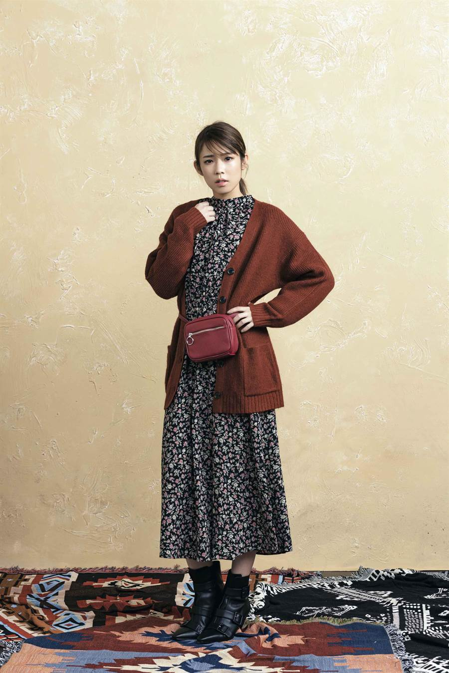 實搭的連身裙搭配外罩酒紅色寬鬆感針織開襟外套,營造今年秋冬濃濃的復古典雅氛圍!(GU提供)
