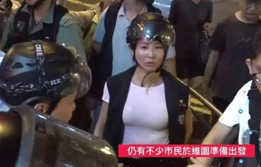 女港警上圍傲人。(圖/翻攝自lihkg討論區)