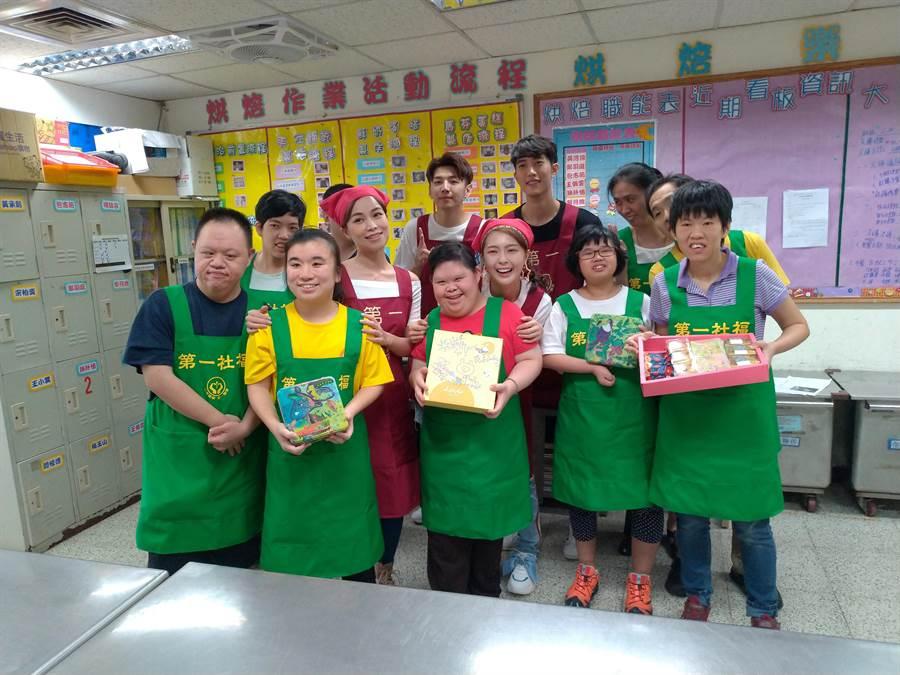 第一烘焙屋邀請藝人赴第一烘焙屋體驗做鳳梨酥。(圖/第一社福基金會提供)
