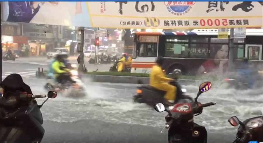 網友傳來三重被強烈雨勢轟炸後的淹水災情。(圖/網友提供)