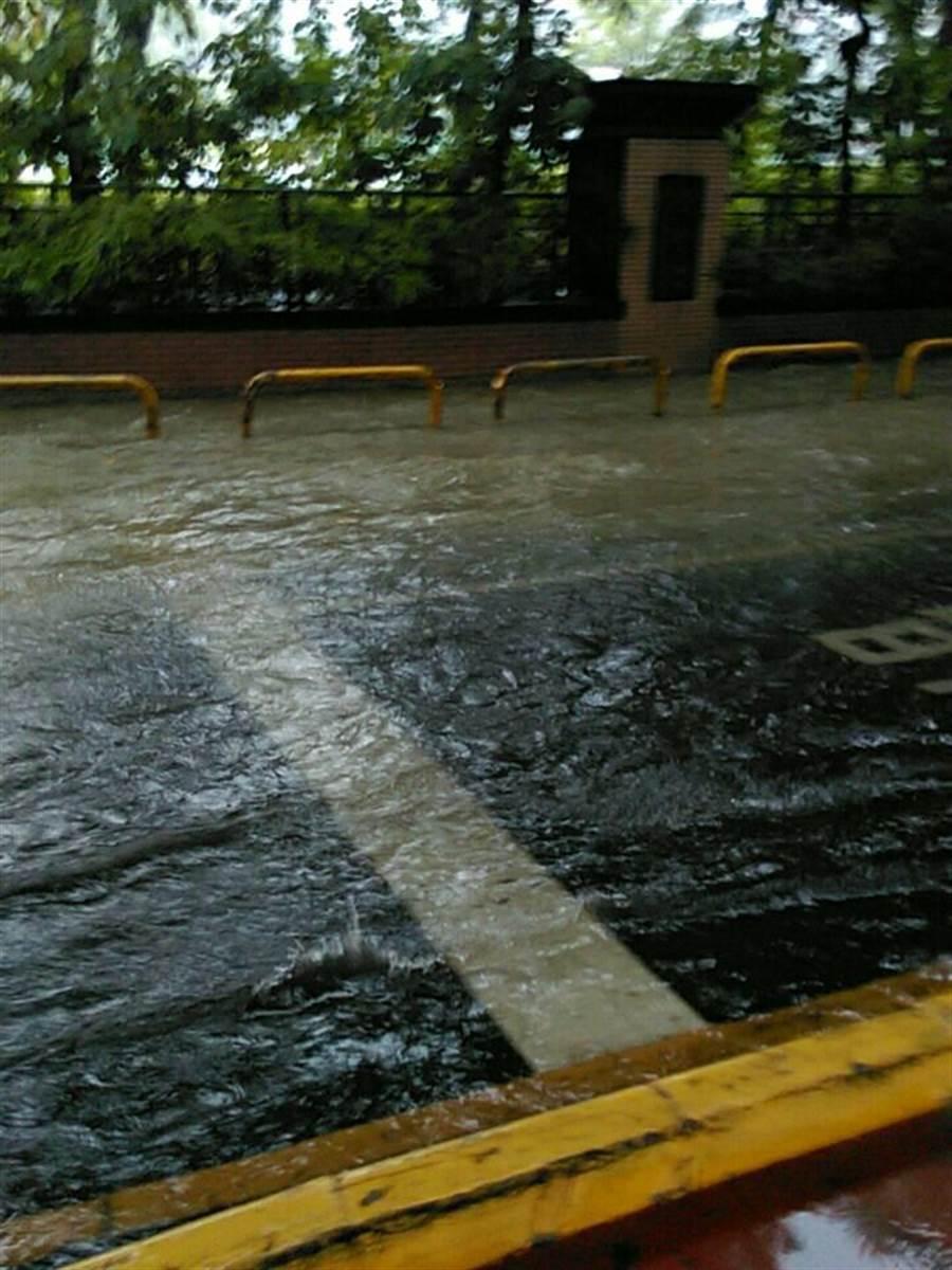 重安街13巷口目测积水10公分水深(戴上容翻摄)