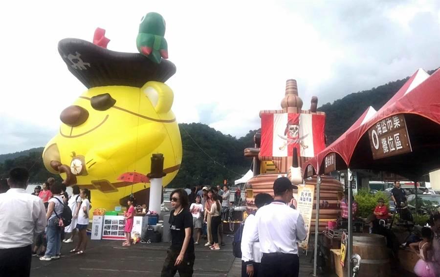 ▲暑假在日月潭伊達邵碼頭推出的新創觀光活動乳卡熊海盜市集,只剩本周最後三天活動。(楊樹煌攝)
