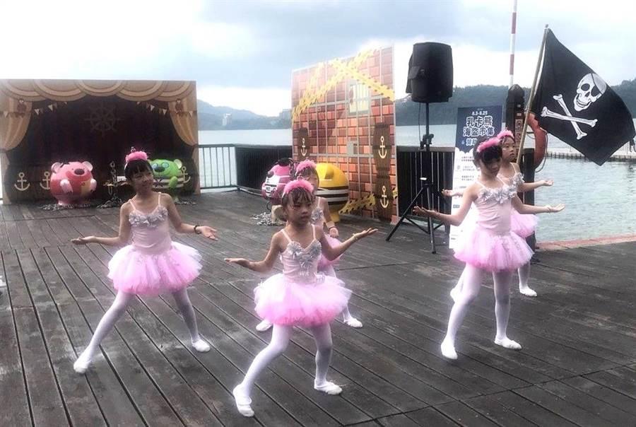 ▲乳卡熊海盜市集活動中,偶也穿插兒童精彩的舞蹈表演節目。(楊樹煌攝)