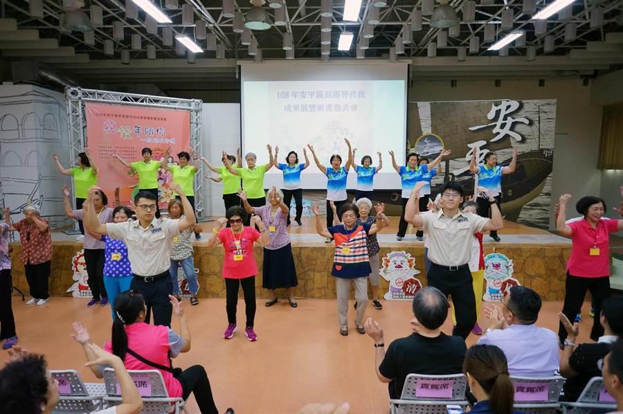 台南市安平區公所長照替代役男自行設計多元活動預防長者失能。(安平區公所提供)