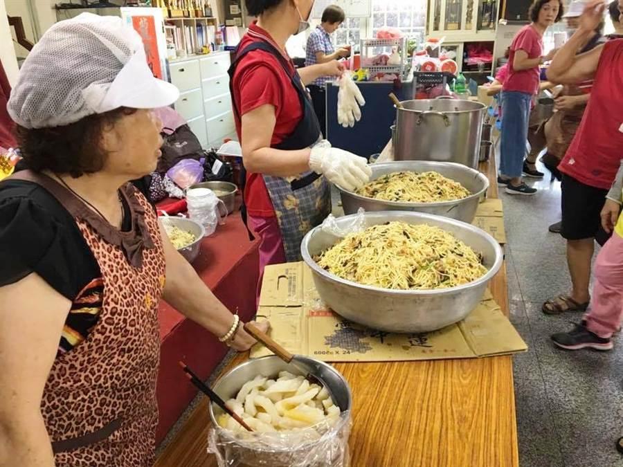 共餐服務由5組社區志工輪流辦理,菜色豐富。(陳金鑾提供)