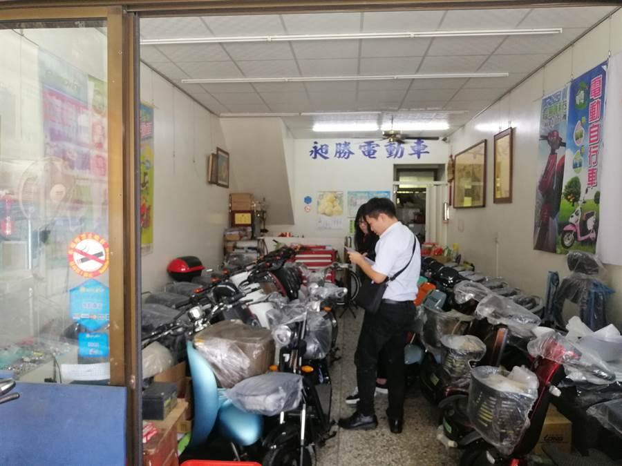彰化縣政府聯合稽查電動自行車經銷商,就標章、外觀等審驗是否有改裝。(吳敏菁攝)