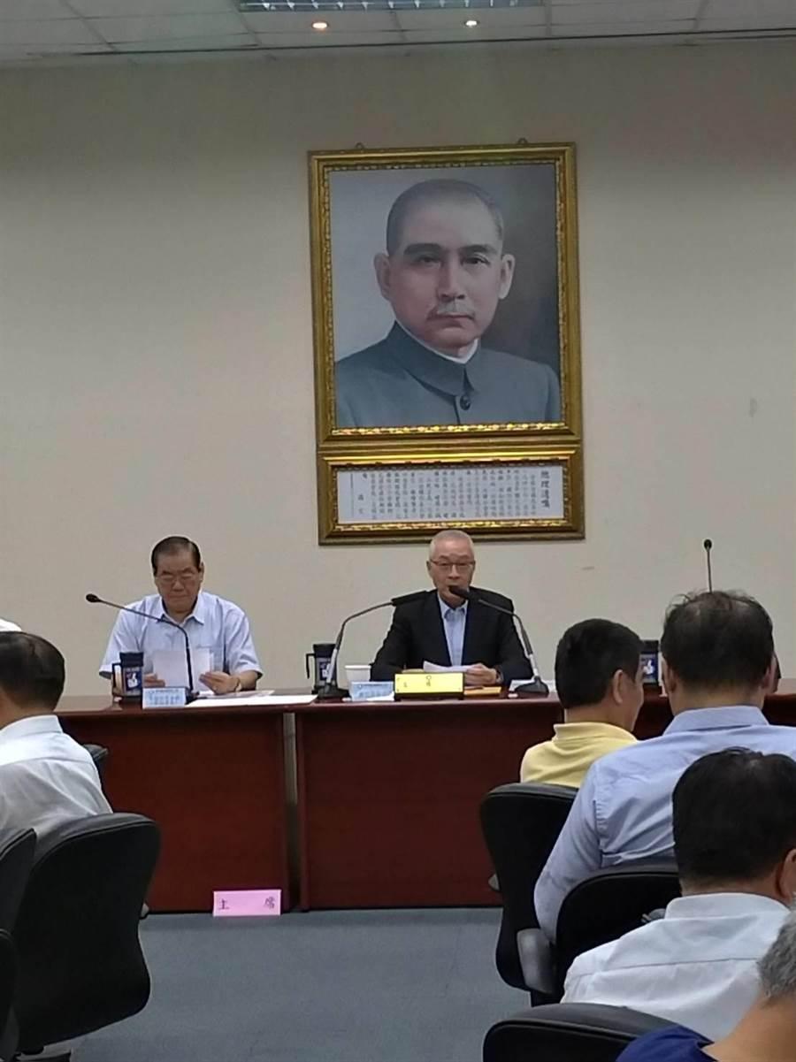 國民黨主席吳敦義今天在中常會,指蔡英文總統「只是靠一張嘴」、民進黨利用香港反送中事件操作選舉。(黃福其/攝)