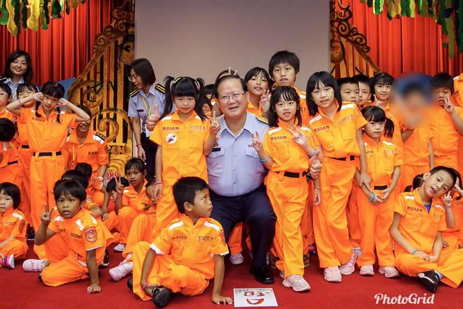 海巡署長陳國恩邀請弱勢院童參加體驗營。(陳鴻偉翻攝)