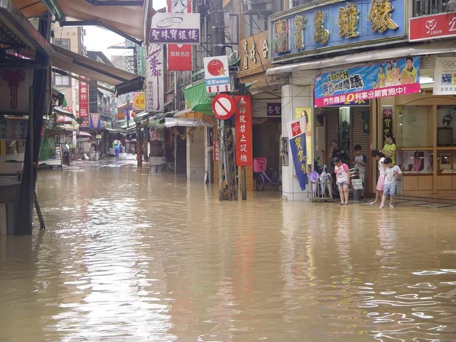 當年納莉強颱來襲,汐止區水淹兩層樓。(本報系資料照片)