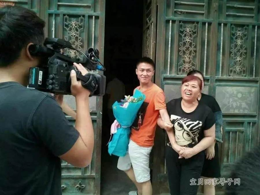 吳少鵬與父母在貴州安順尋親大會上相認(圖翻攝自/壹讀)