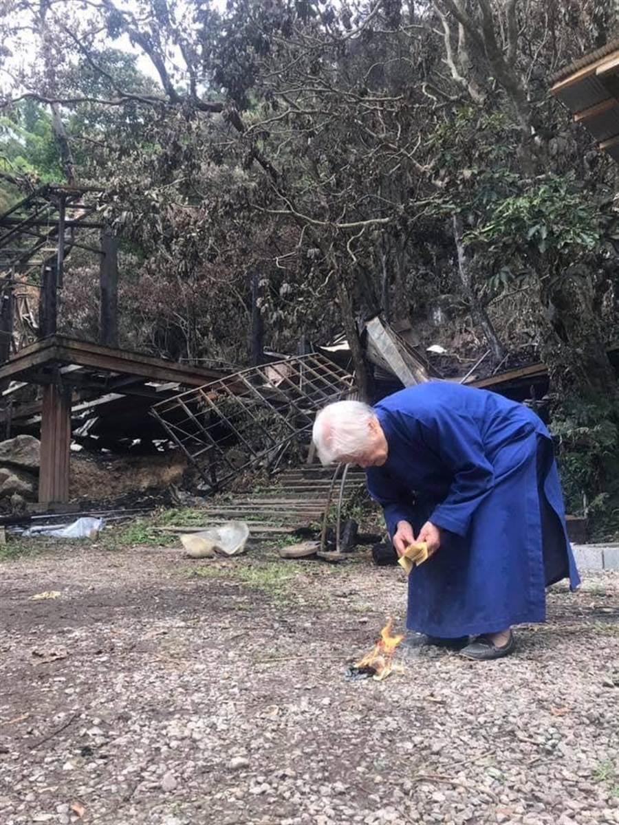 90多歲的陳綢阿嬤,上山為災後的優人神鼓祈福。(優人神鼓提供)