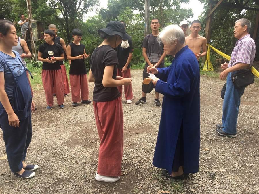 90多歲的陳綢阿嬤,上山為災後的優人神鼓祈福,讓團員非常感動。(優人神鼓提供)