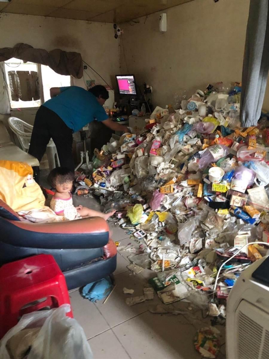 海青志工訪視低收家庭,在垃圾堆中驚見孩童身影。(林和生翻攝)