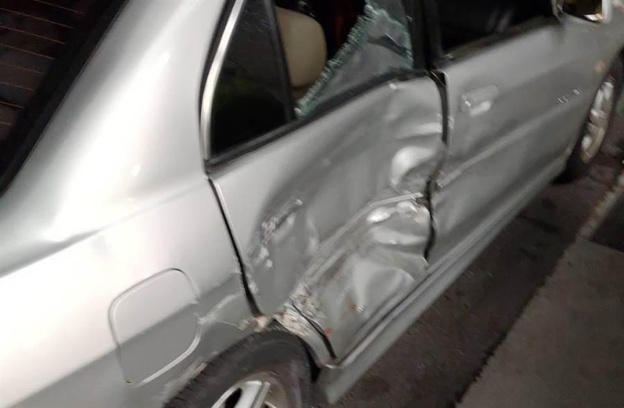 警抓毒梟攔錯車還開槍,擊碎民眾汽車玻璃將無辜車主拖出車外。(民眾提供)