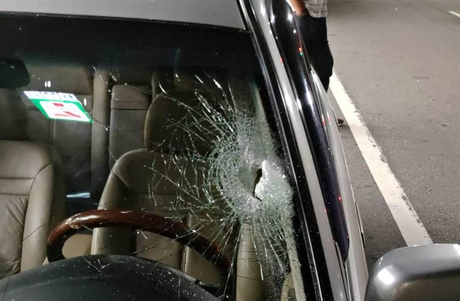 刑事局抓毒梟攔錯車還開槍,無辜汽車擋風玻璃也被擊破。(民眾提供)