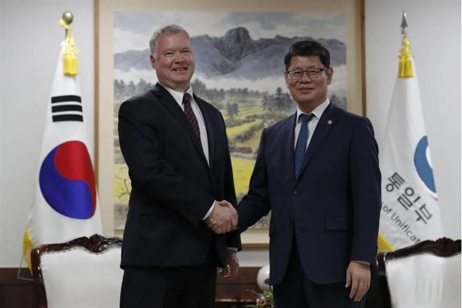 美國北韓政策特別代表畢根(左)在與南韓外交部和平交涉本部長李度勳會晤。