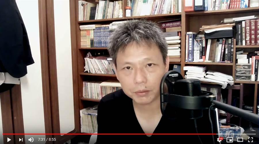 知名挺韓名嘴謝寒冰21日下午開直播,直言「真的不知道韓國瑜最近在幹嘛」,他沉痛表示,韓國瑜嘴太快,常常快嘴說完後又虎頭蛇尾,實在不知道怎麼支持辯護。 (圖/影片截圖)