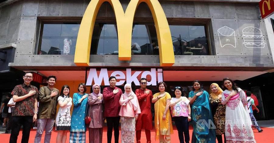 為了用創意方式迎接馬來西亞國慶日及馬來西亞成立日,馬國麥當勞突發奇想,將位於吉隆坡最具地標性的麥當勞招牌,從McDonald改成馬來文拼寫方式Mekdi。(取自大馬麥當勞臉書)