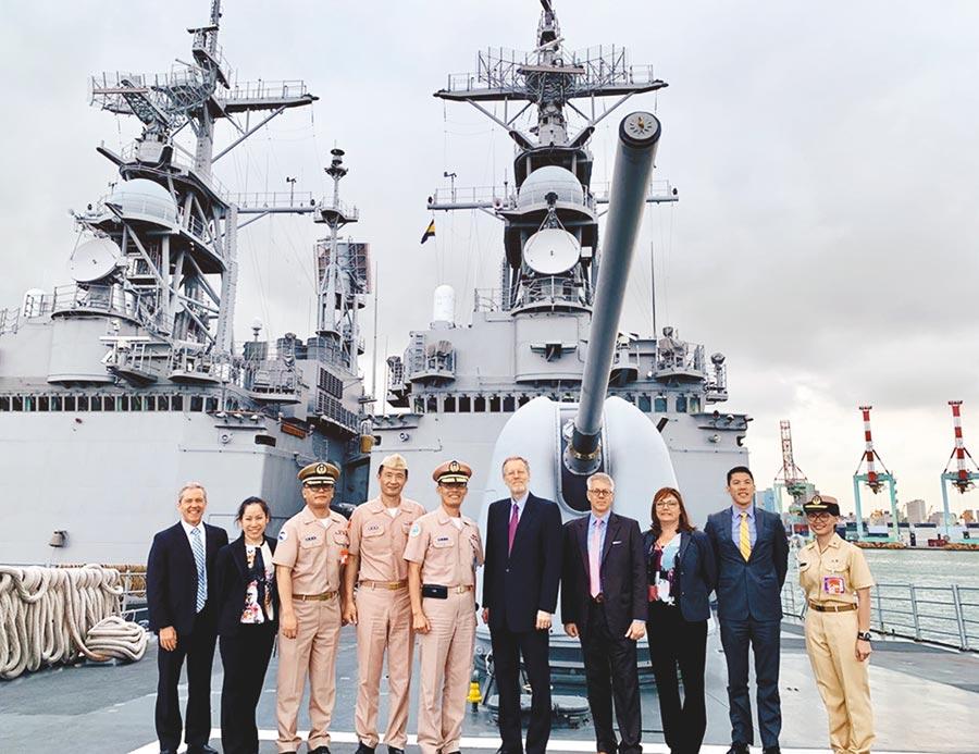 美國在台協會(AIT)處長酈英傑(右五)20日前往左營海軍基地,參訪美國軍售的兩棲突擊車與紀德級驅逐艦。(摘自美國在台協會臉書)