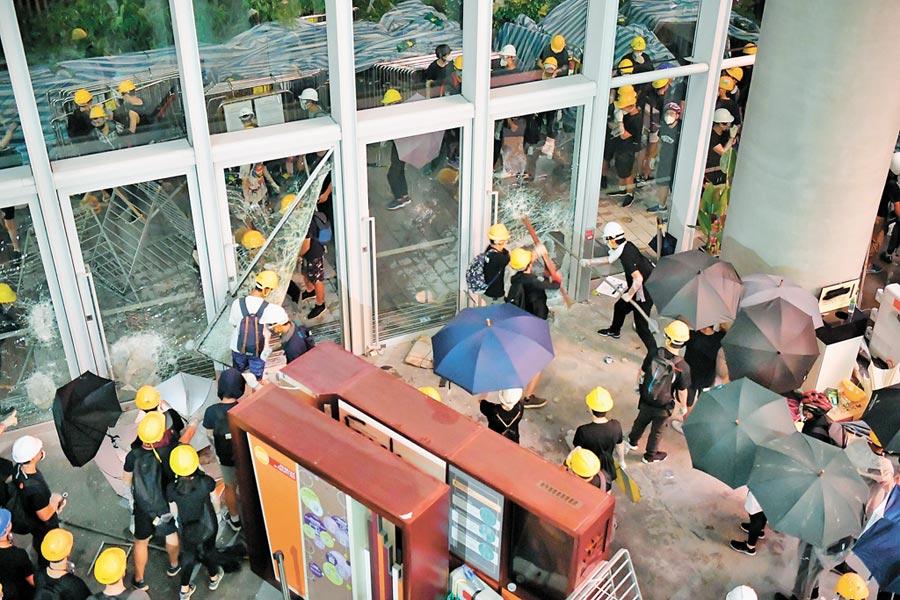 7月1日,香港示威者衝擊立法會大樓。(新華社)