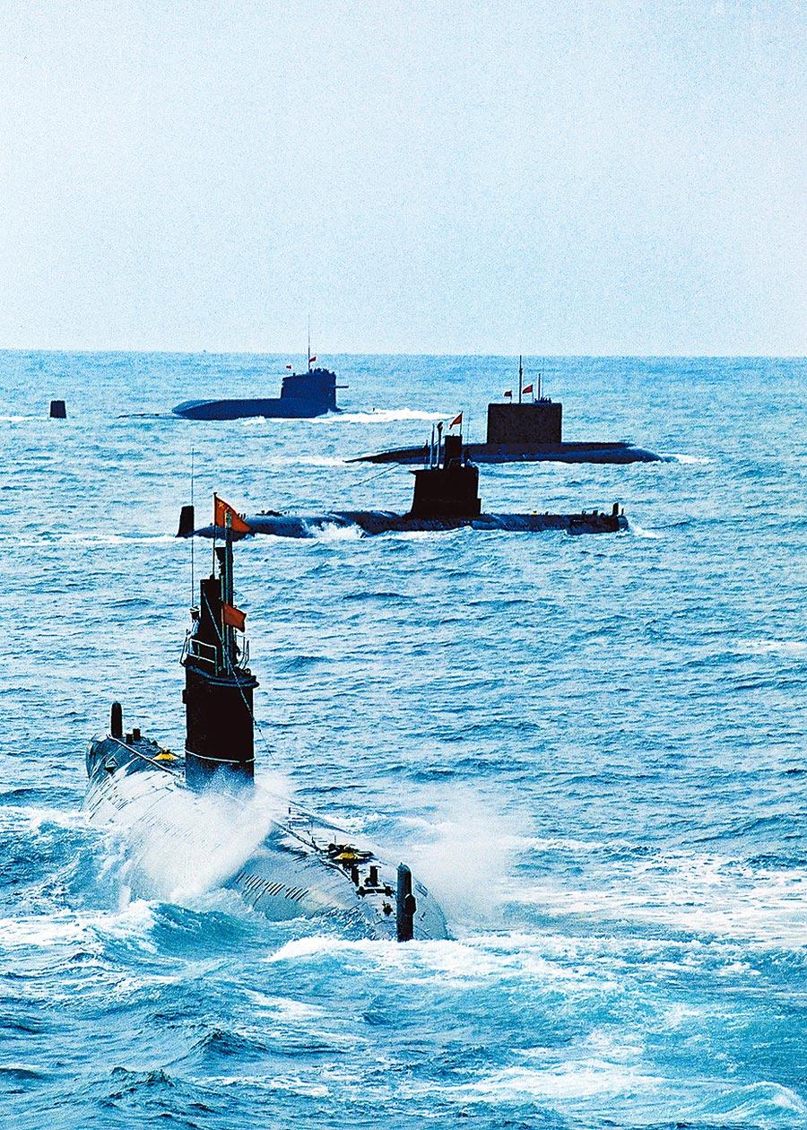 解放軍核潛艇與常規潛艇練兵。(中新社資料照片)