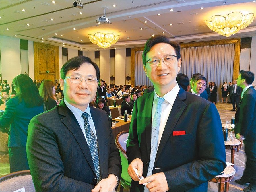 2019台泰產業鏈結高峰論壇20日在曼谷舉行。我駐泰國代表童振源(右)、經濟部次長林全能(左)出席。(記者宋秉忠攝)