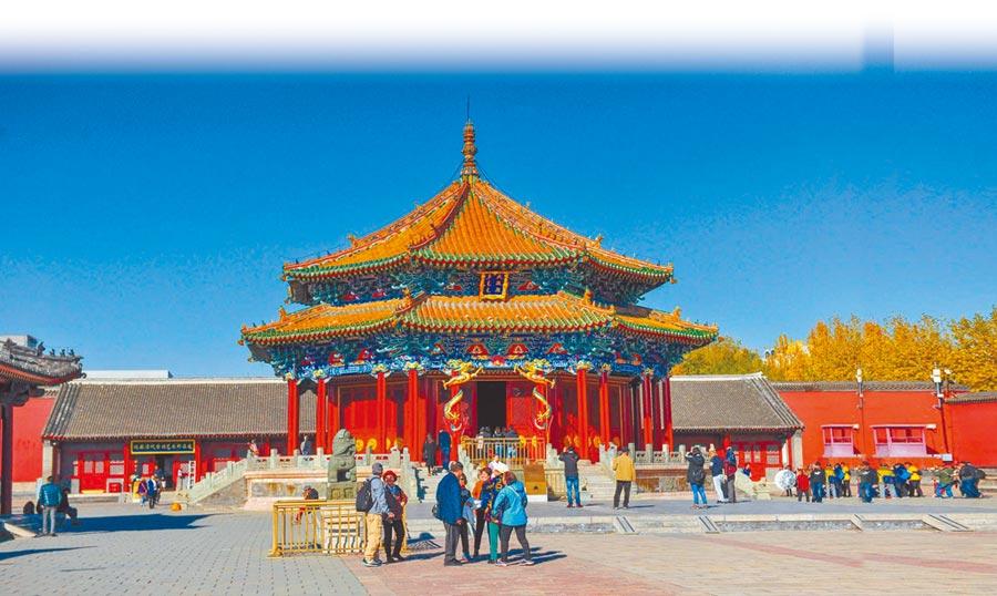 遊客在瀋陽故宮大政殿參觀遊覽。(中新社資料照片)