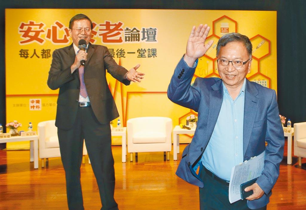 中國時報21日舉辦《安心終老論壇─每人都必須準備的最後一堂課》,中國時報副總編輯郭石城(左)擔任主持人,介紹出席來賓衛福部次長薛瑞元(右)。 (王英豪攝)