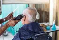 慎入!老翁到理髮店做了這件事 害他耳朵長滿菜花…