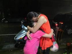 大雨中母女相擁而泣 這一幕警灑淚花了