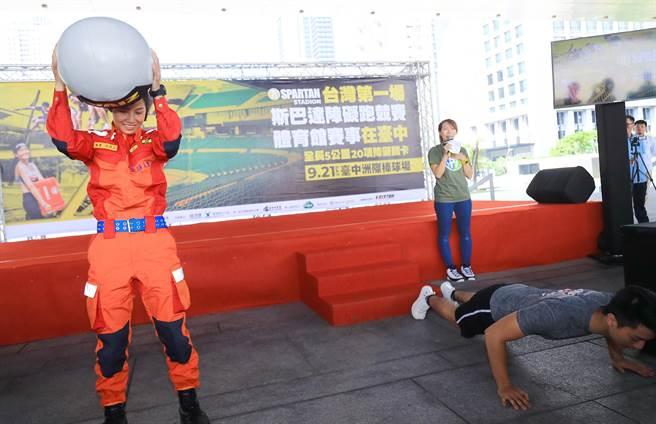 消防局組成「市政府代表隊」,與World Gym教官組成的隊伍,搶先體驗關卡進行PK,展現活力與體力。(陳世宗攝)