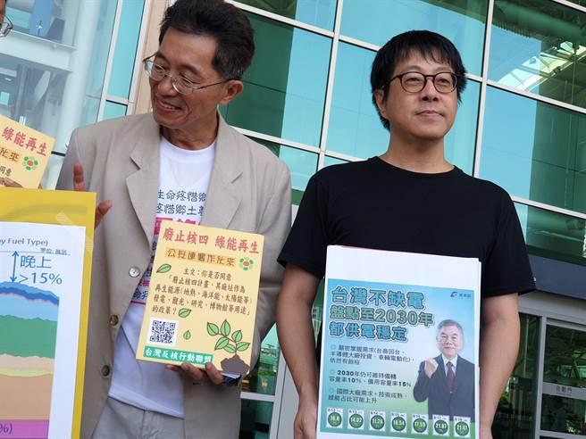 「wecare 高雄」召集人尹立(右)號招民眾加入「廢核.再生」連署,要與韓國瑜「同意核四啟封商轉發電」連署行動對抗。(袁庭堯攝)
