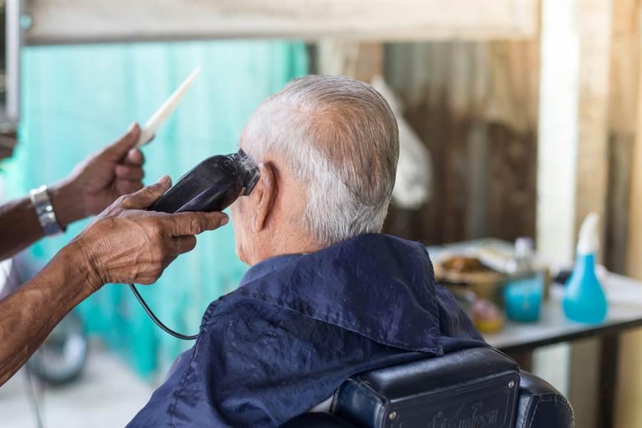 慎入!老翁到理髮店做了這件事,害他耳朵長滿菜花…。(圖/達志影像)