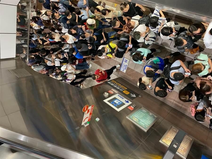 忠孝新生站被擠爆。(網友提供)