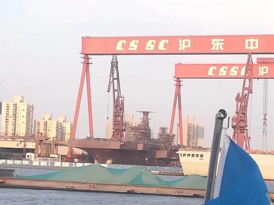 網路上最新出現的照片顯示,075艦艏分段吊裝完成,艦島也安裝到位,整體已成型。(網路)