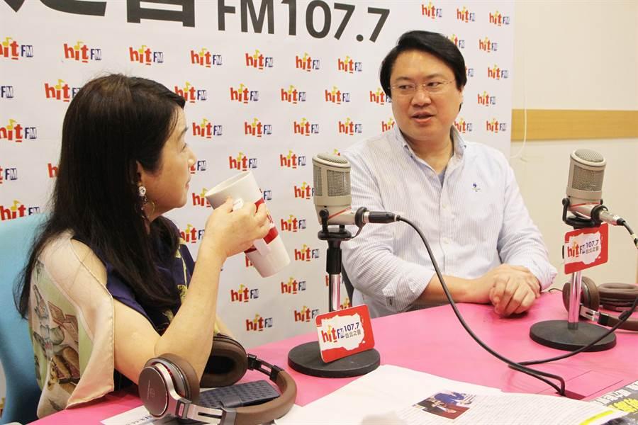 林右昌和主持人周玉蔻(左)約定3個月減重後在回來上節目。(電台提供)