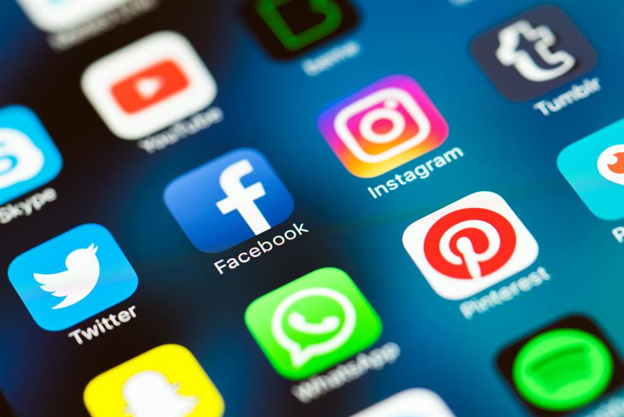 臉書與推特大砍疑似為陸支持的假帳號之前,陸官媒中新社日前才剛舉行替陸官方宣傳的帳號招標案,目標要在推特和臉書增加125萬名粉絲,一共花約人民幣245萬元。(示意圖/shutterstock)
