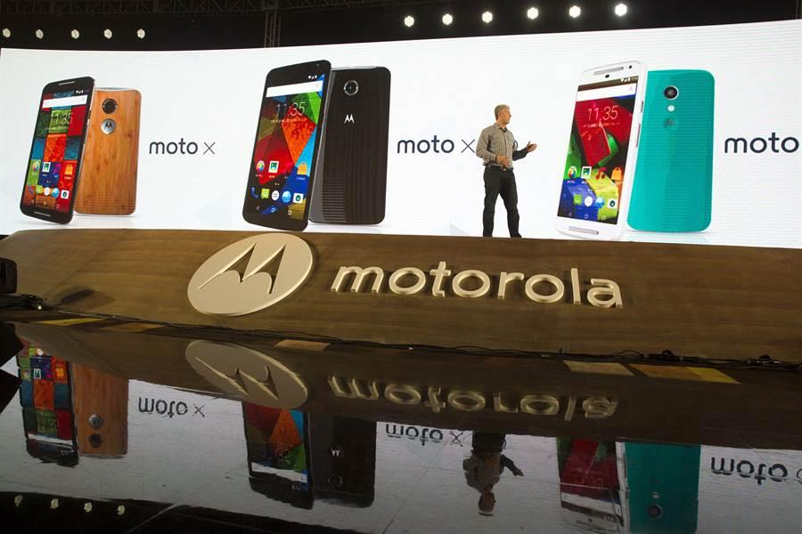 外媒報導,摩托羅拉可能跟上三星、華為的腳步,最快在今年年底前推出旗下可摺疊螢幕手機。(圖/美聯社資料照)