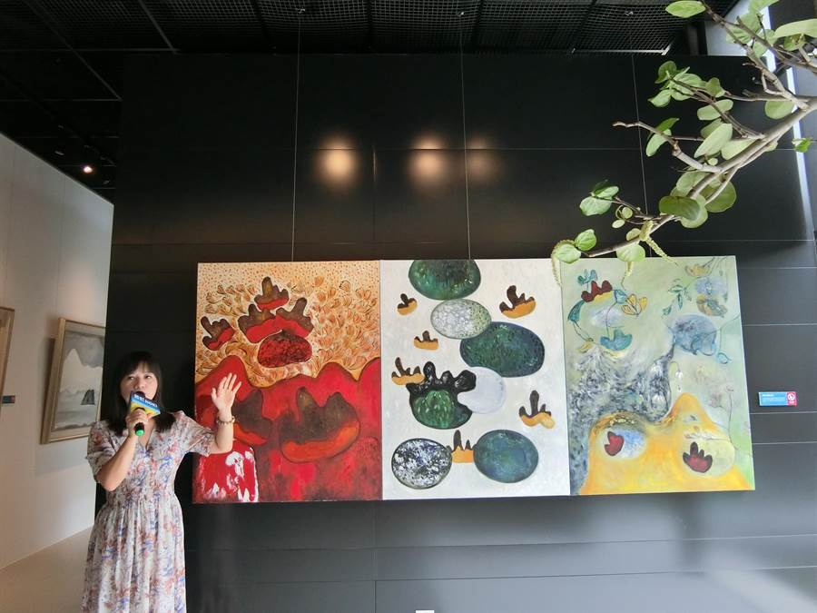 美女畫家熊妤在台中市北屯區鉅虹美學館開展,以「植山理水」作品,讓賞屋民眾享受藝術之旅。(盧金足攝)