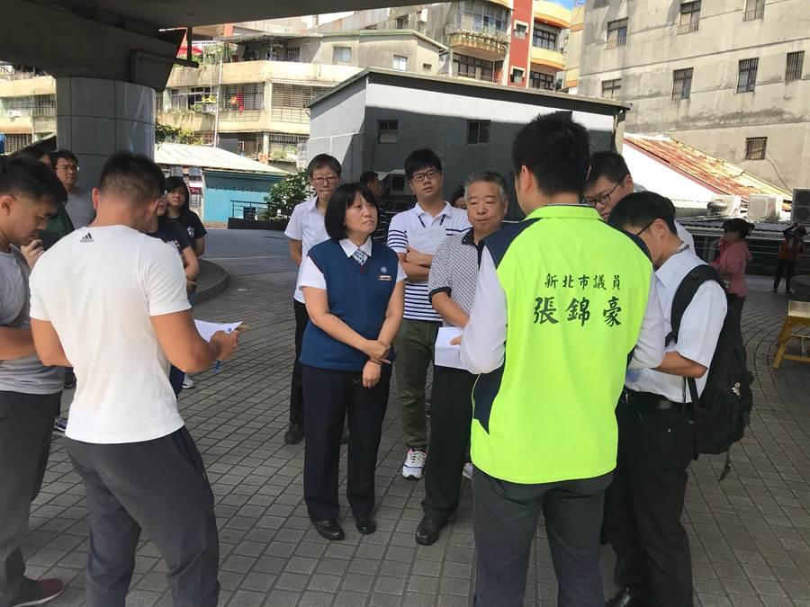 新北市議員張錦豪今(22日)上午邀集相關單位前往會勘,要求1周內限期改善。(葉書宏翻攝)