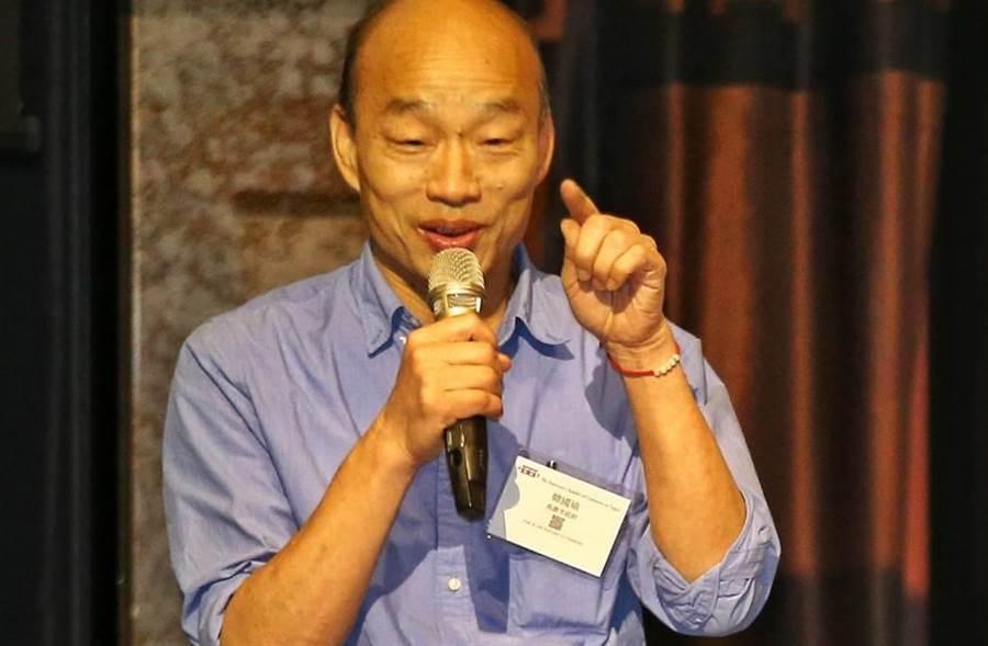 美國商會21日邀請高雄市長韓國瑜演講,韓國瑜演講前進行簡短致詞。(杜宜諳攝)