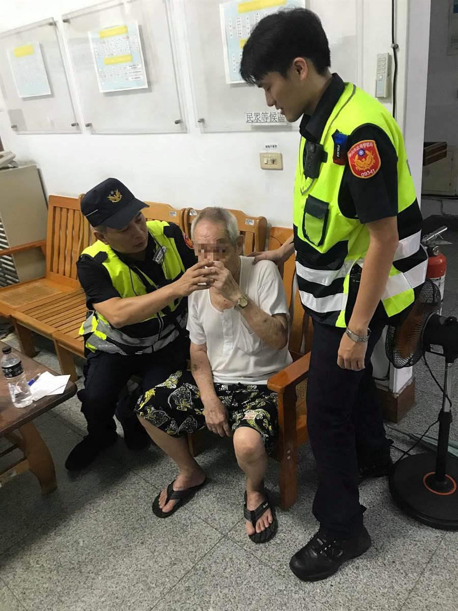 86歲莊姓老翁迷途,新店警分局警員利用警用M-POLICE人臉辨識系統確認身分,協助他返家。(葉書宏翻攝)