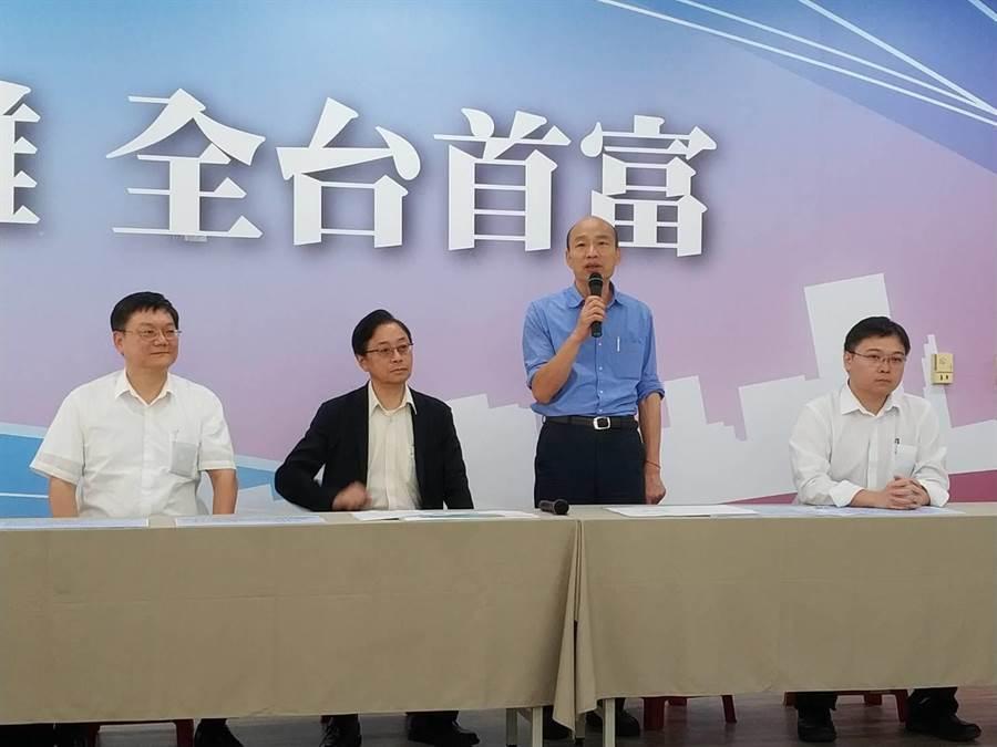 國民黨總統參選人韓國瑜22日與國政顧問團開直播談「能源政策」,會後在國民黨高雄巿黨部聯訪。(曹明正攝)