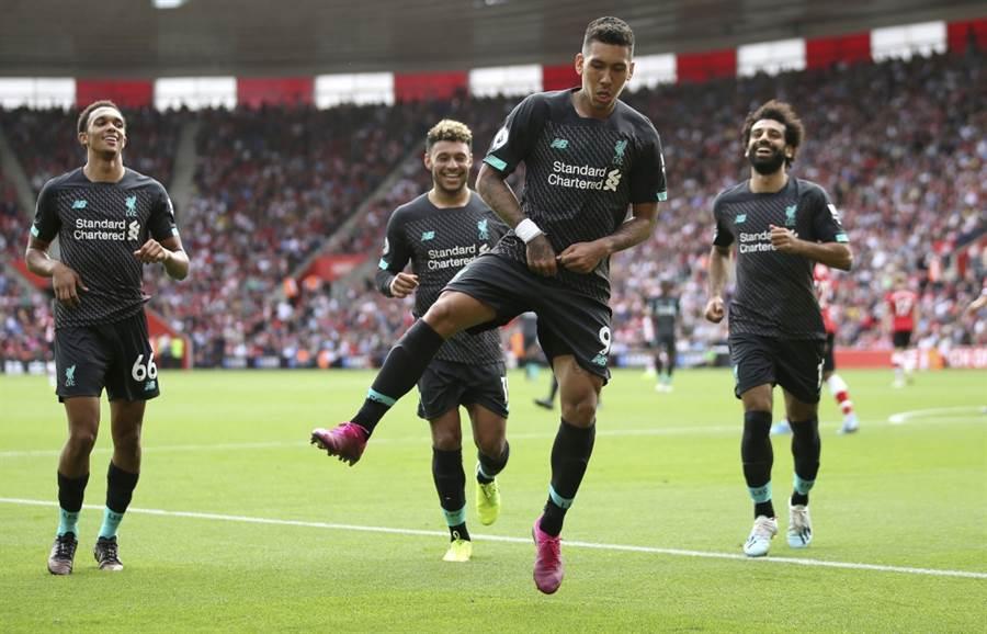 利物浦前鋒佛米諾(中)與隊友慶祝進球。(美聯社資料照)