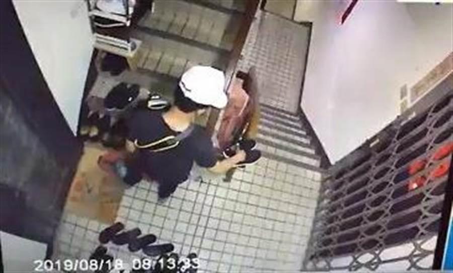 受害住戶呼籲女住戶小心,警方鎖定特定對象,。(許家寧翻攝)