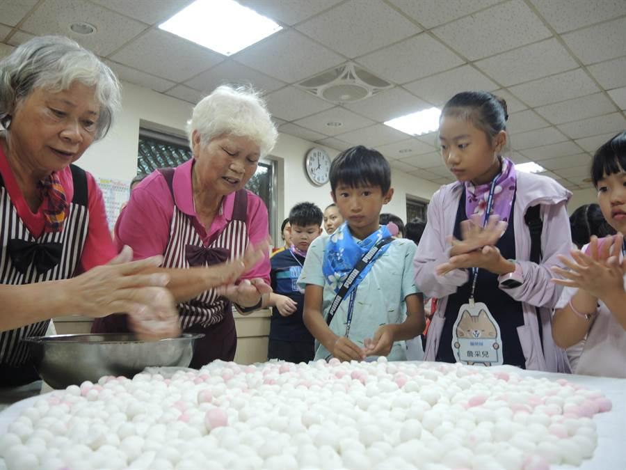 参加小小好客夏令营的小朋友跟长辈们一起学搓汤圆。(邱立雅摄)